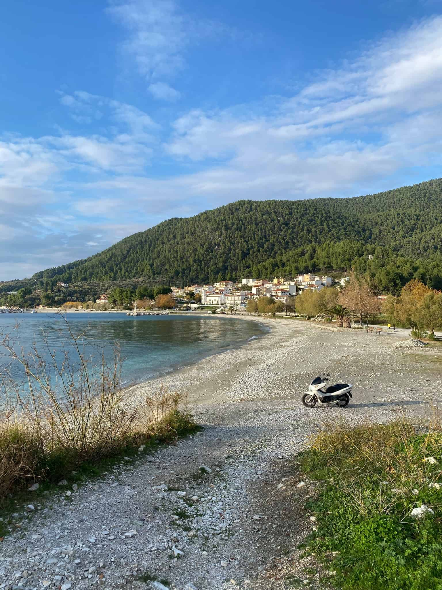 The village beach connects Neo Klima to Hovolo beach